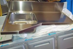 Piano sagomato con salvagoccia e lavello saldato