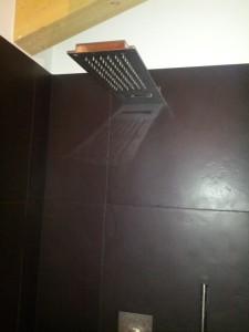 Soffione slim a parete con cascata