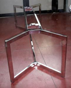 Struttura tavolo inox lucido con predisposizione per prese elettriche