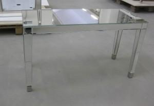 Tavolo rivestito di specchi