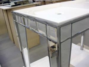 Lavabo in acciaio lucido e specchio più piano in corian